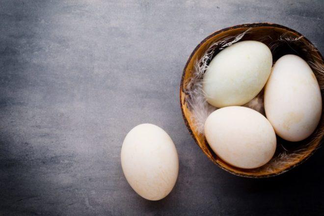 Утиные яйца в корзине
