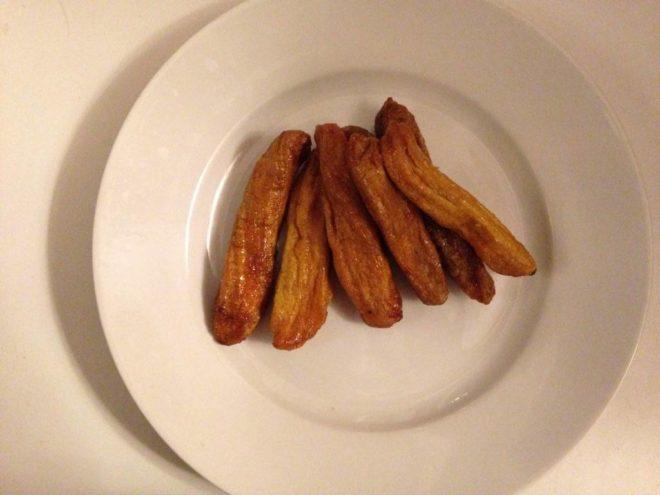Вяленные бананы на тарелке