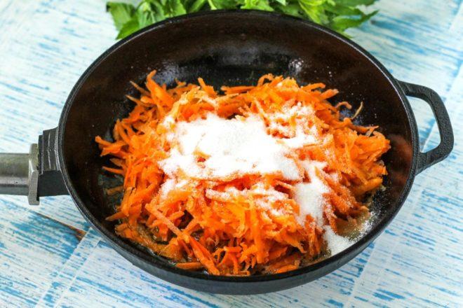 морковь на сковороде